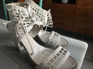 Sandalias blancas de piel con tacón de Hispanitas