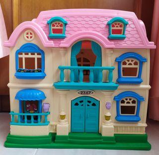 Casa de muñecas en maleta