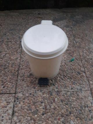 papelera de pedal de plastico blanca