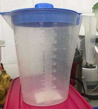 15 tupper y una jarra medidora