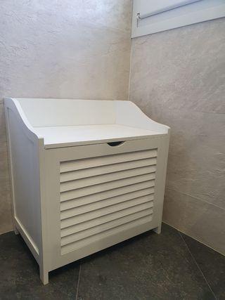 mueble con cesto para ropa sucia