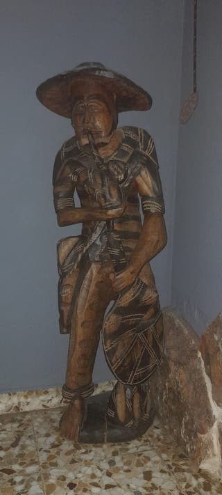 Figura de madera tallada a mano.