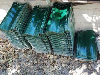Tejas vidriadas verdes.