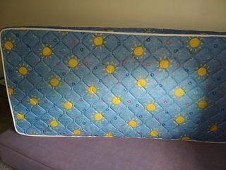 Bonito canapé lila/ colchón individual.