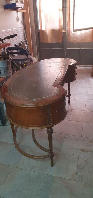 Mesa de roble tallada para oficina