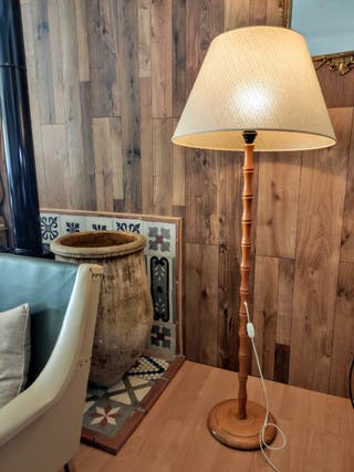 Lámpara pie madera vintage.