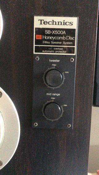 Altavoces Technics y amplificador Harman-Kardon.