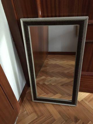 Espejo blanco y marrón