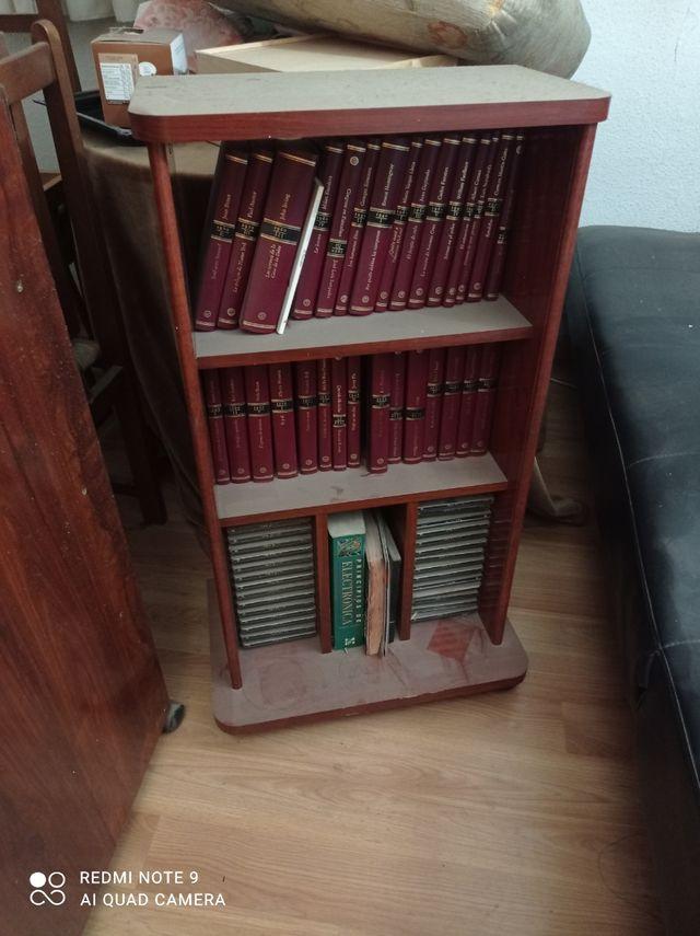 mueble con libros y cedes de música