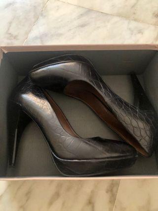 Zapato negro tacón ZARA