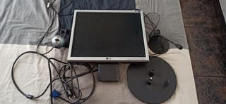monitor LG, webcan logitech y micrófono