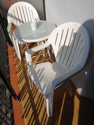 Mesa redonda y dos sillas