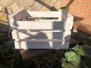 Cajas de fruta con pintura a la tiza blancas