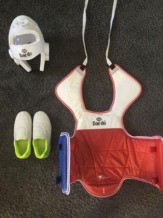 Peto, zapatillas y casco protector de Taekwondo