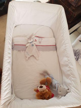 mini cuna y dos juegos de sábanas