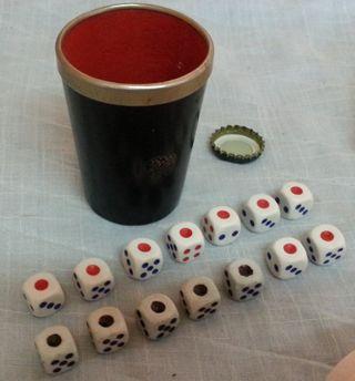 Cubilete y 14 dados de póker. Conjunto.Buen estado
