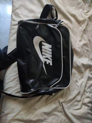 bandolera/mochila Nike de cuero precio negociable
