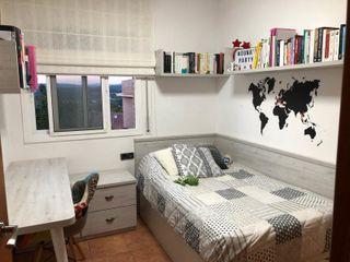 Dormitorio individual de madera, gris