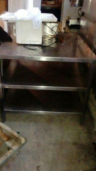 Mesa grande con baldas