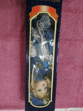 Muñeca de porcelana,pintada a mano.