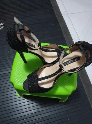 zapatos de fiesta, muy elegantes,sin uso.Talla 39