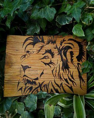 Regalo León pirograbado en madera barnizada