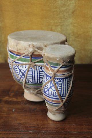 Bongos de cerámica y cuero.