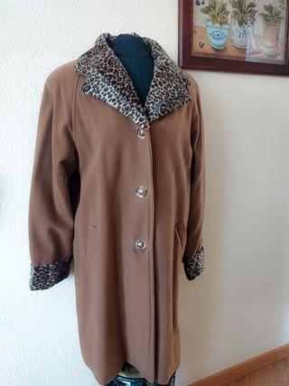 abrigo ,tres cuartos marrón ,cuello print animal.