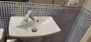 lavabo reducido diseño moderno con toallero y grif