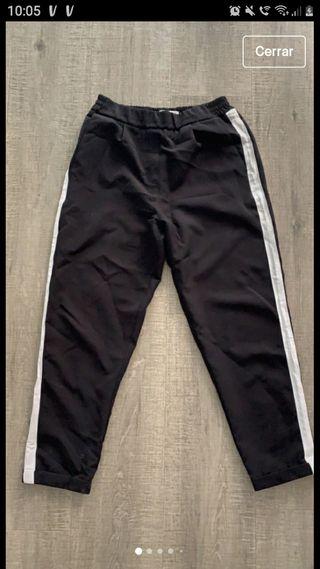 pantalón negro con raya blancas en los lados