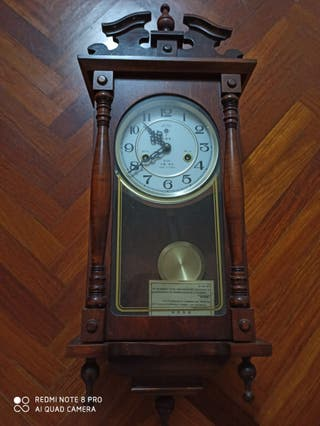 Reloj antiguo de madera vintage