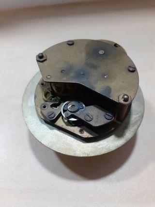 máquina de antiguo reloj a cuerda,de llave.