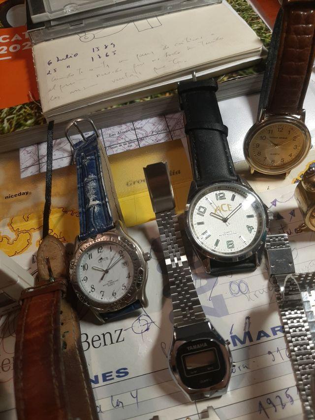 Lote de 26 relojes de cuarzo gran variedad