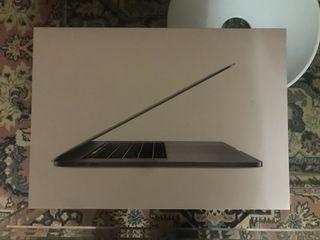 MacBook Pro de 15 pulgadas + funda + adaptador