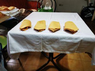 Juego de mantel y 4 servilletas. Amarillo o blanco