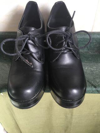 Zapato cordones tacón y cuña negro