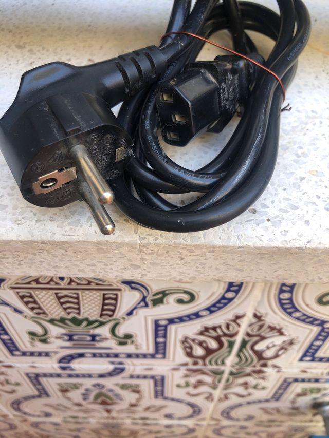 Cable de torre ordenador y pantalla