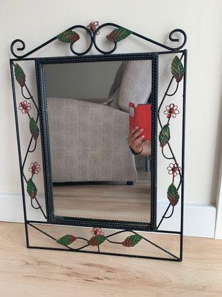 Espejo con decoración de hierro forjado