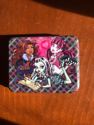 Caja de las Monster High con pegatinas