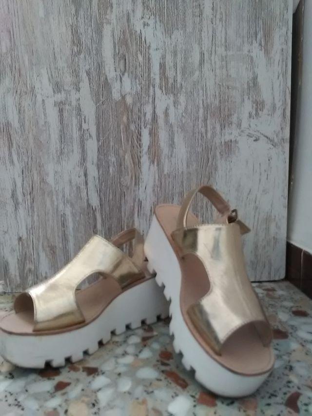 Sandalias plataforma doradas con cierre