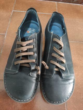 Zapatos negros. Piel 100%. Talla 39.