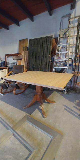 Mesa compuesta de tablero y pie independientes