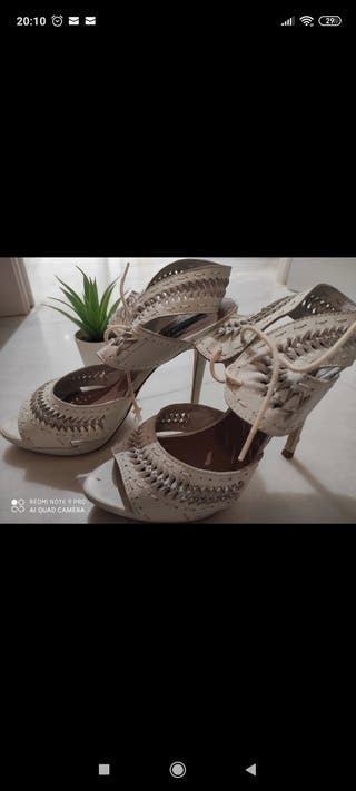 Sandalia blanca de tacón