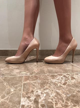 Zapatos de tacón color nude de Massimo Dutti