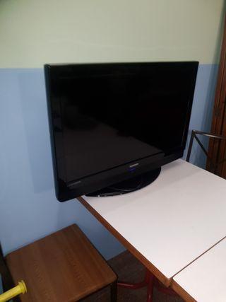 televisión 32 pulgadas marca Telefunken con mando