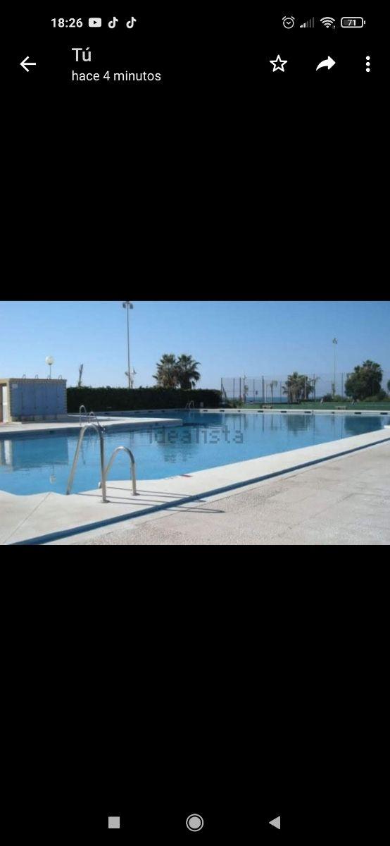 casa en alquiler frente al mar urbanizacion privada con piscina jardín y pista de tenis.La casa tiene dos plantas salón cocina 1 baño cochera con dos entradas y patio en la planta de abajo, en la de a (Algarrobo-Costa, Málaga)