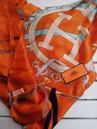 Pañuelo Hermès seda con etiqueta