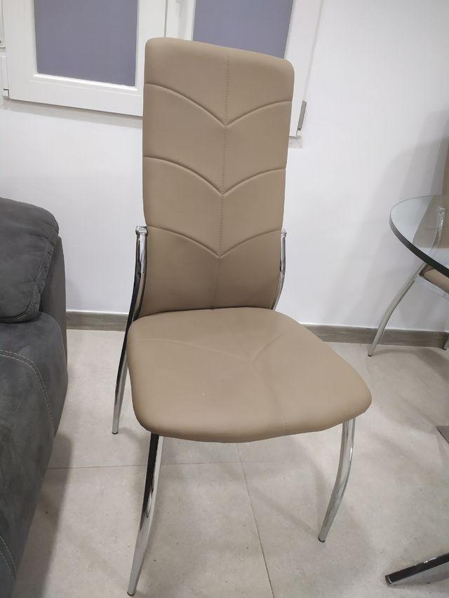 4 sillas marrones con patas de metal