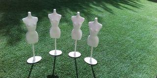 Cuatro maniquíes para ropa de Barbie