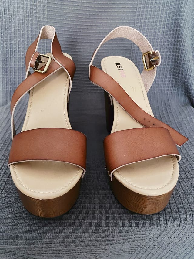 Sandalias-plataformas de tacón ancho marrones.